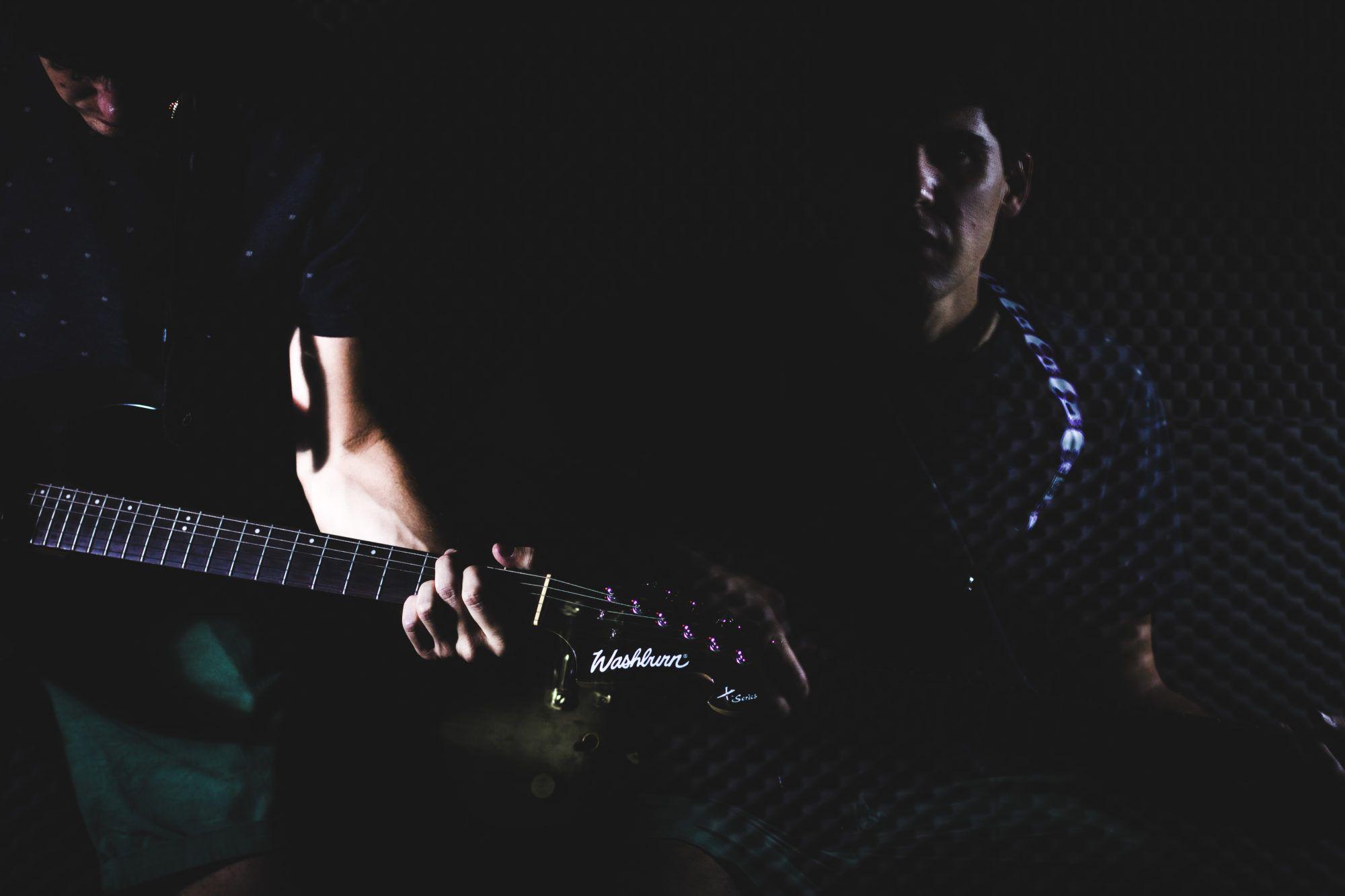 Doble exposicion con guitarra